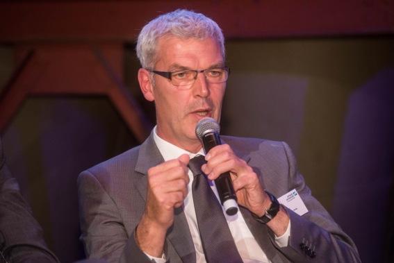 Der Geschäftsführer der Pro Wirtschaft GT, Albrecht Pförtner, spricht ins Mikrofon.