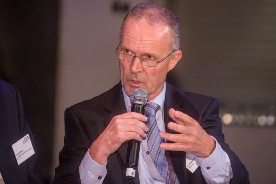 Dr. Andres Dietz gestikuliert und spricht ins Mikrofon.