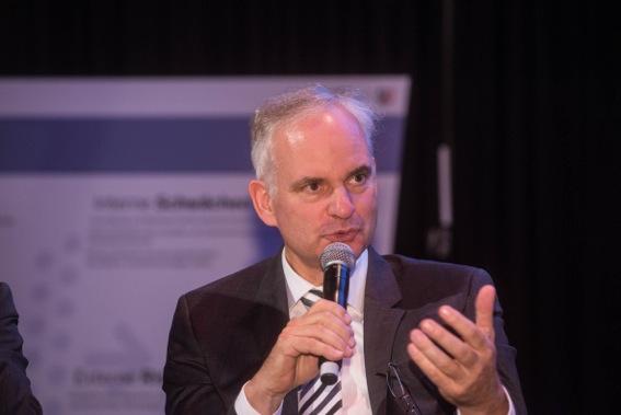 Dr. Johannes Teyssen im Gespräch mit den anderen Gästen.