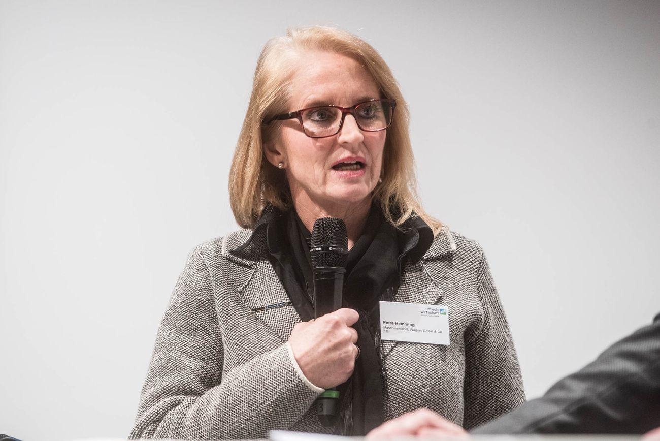 Frau Hemming mit Mikrophon