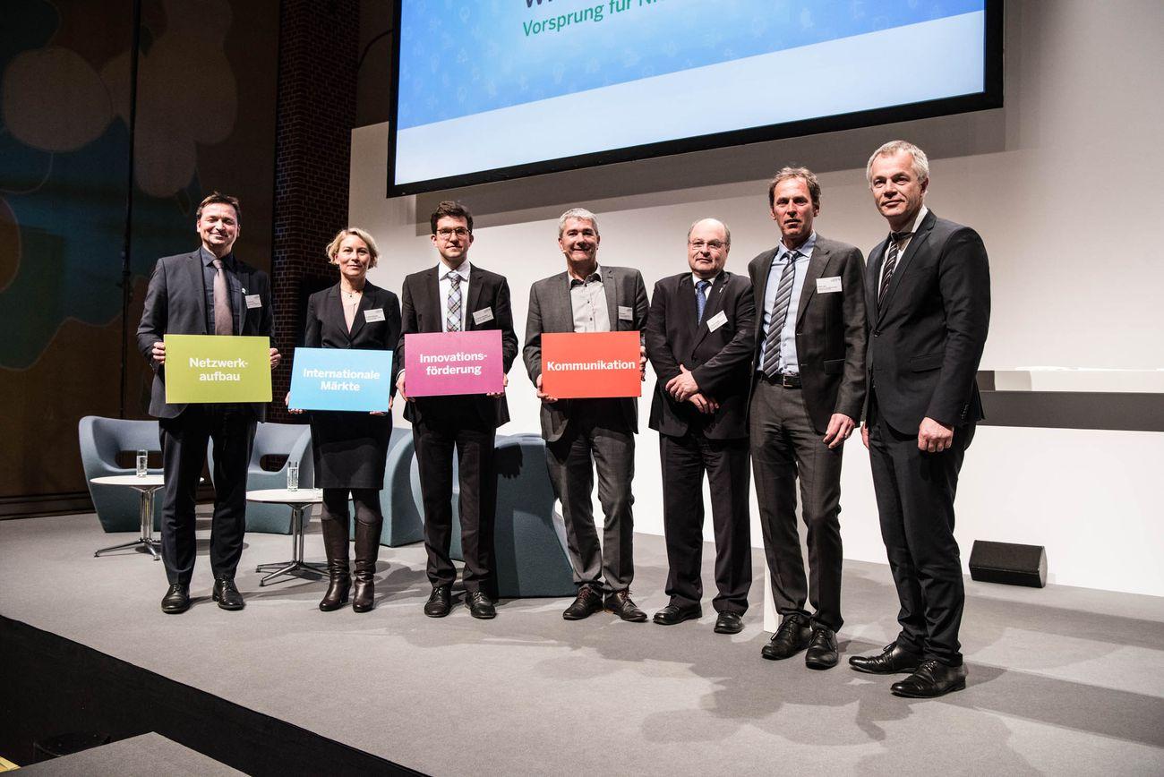 Gruppenbild auf der Bühne. Rechts im Bild Minister Remmel.