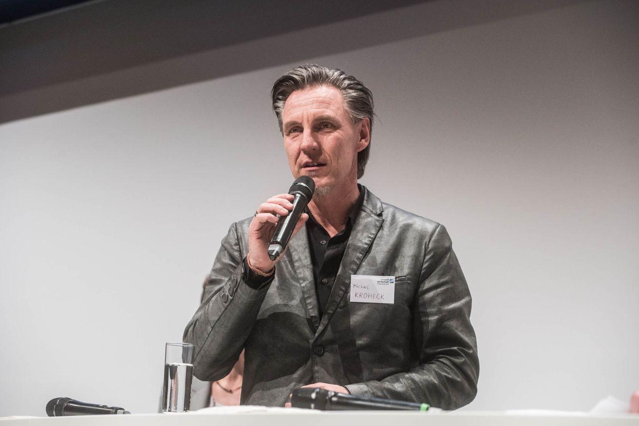 Redner mit Mikrophon in der Hand