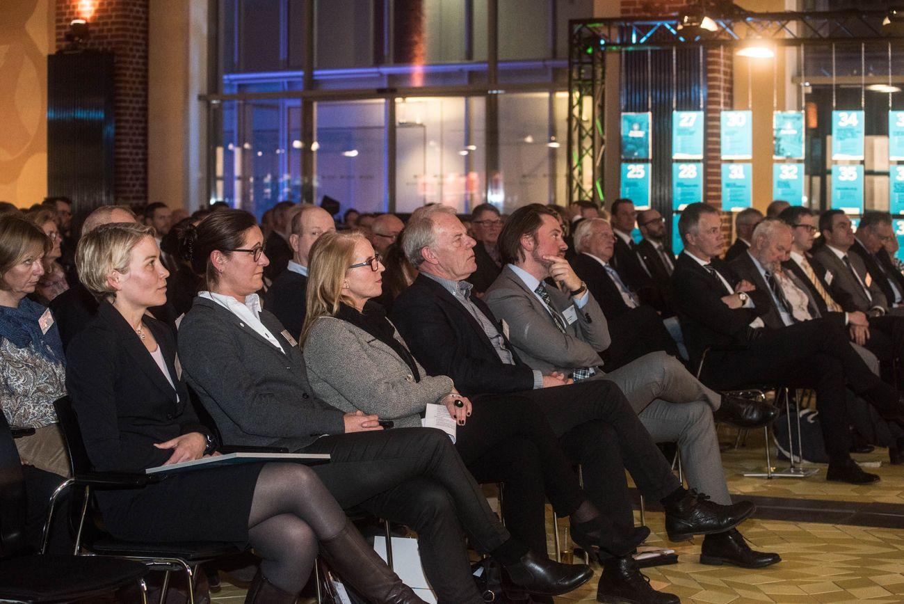 Veranstaltungssaal mit vollen Sitzreihen