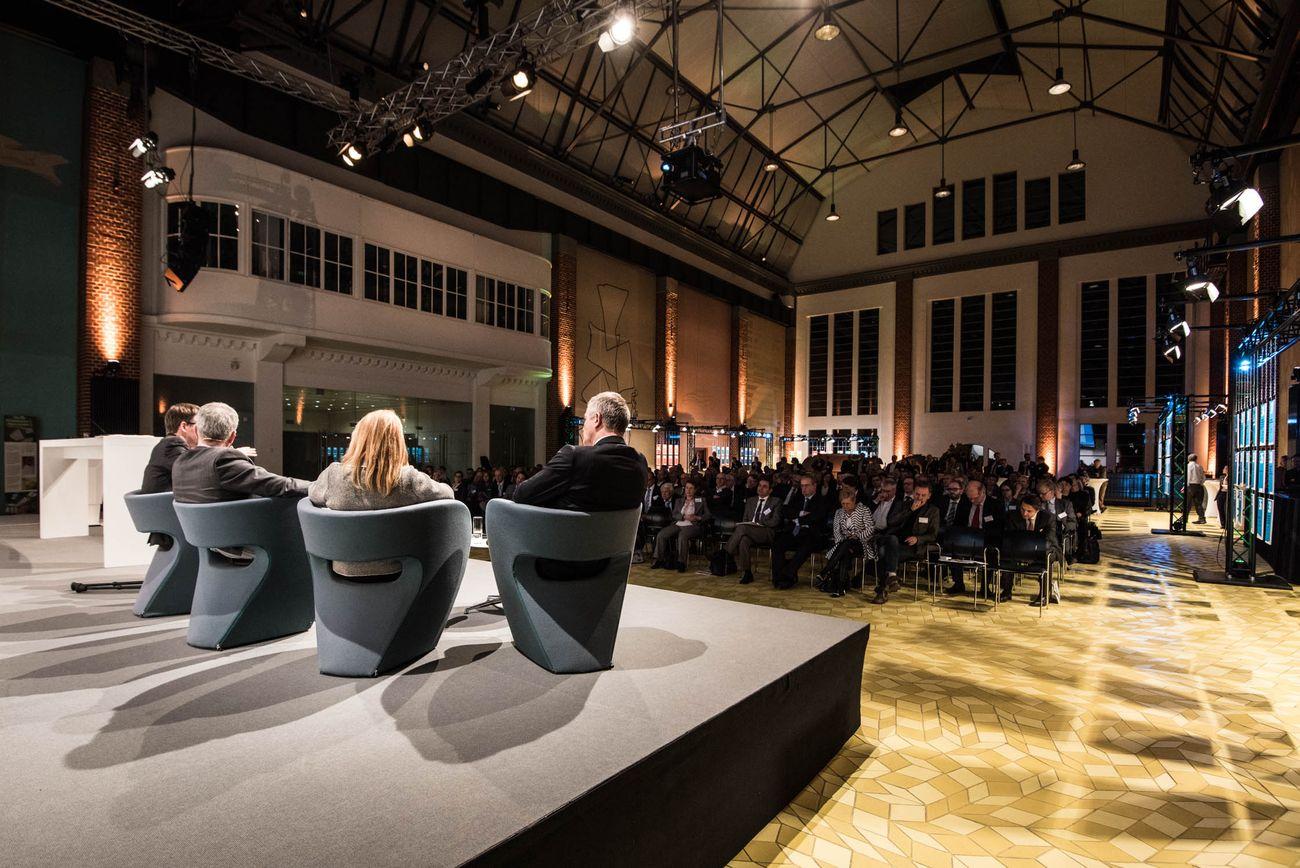 Blick ins Publikum - im Vordergrund sieht man die Talkrunde