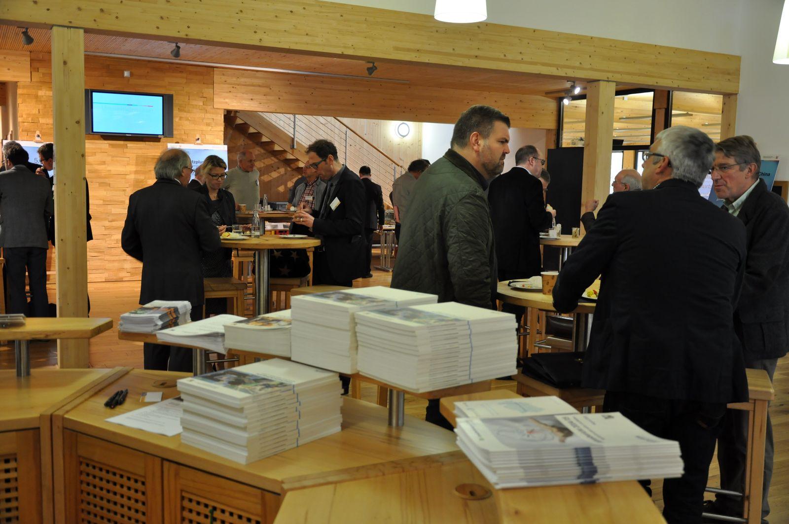 Die Gäste diskutieren in Gruppen beim Wirtschaftsforum in Olsberg.