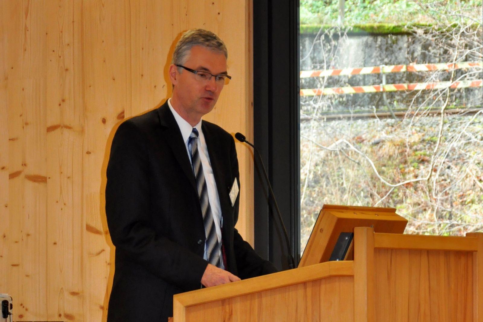 Rainer Joosten vom Umweltministerium bei seiner Begrüßungsrede am Rednerpult.