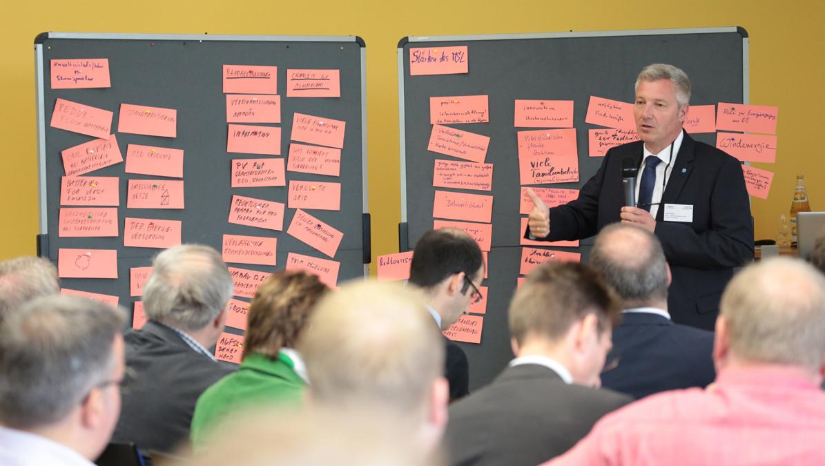 Uwe Hoolt vom MEET steht an der Tafel und spricht zu den Teilnehmern des Workshops.