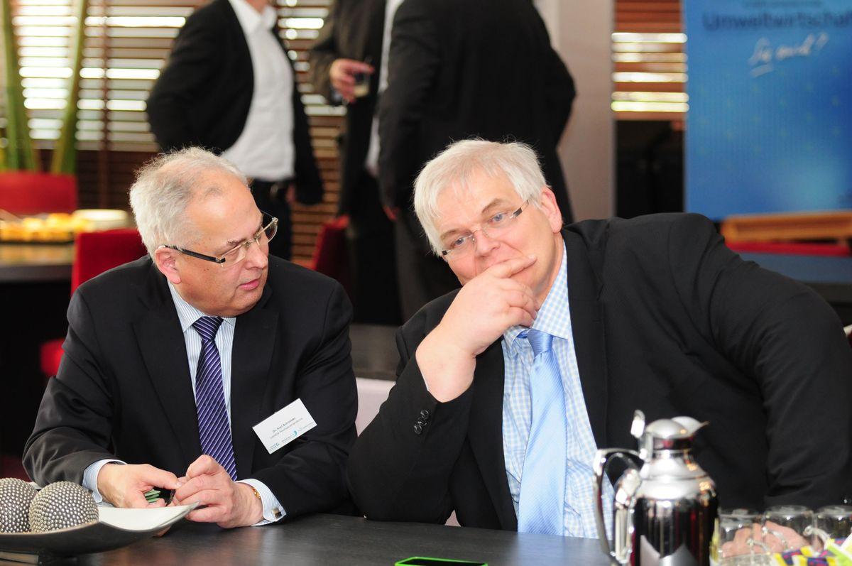 Zwei Herren am Tisch