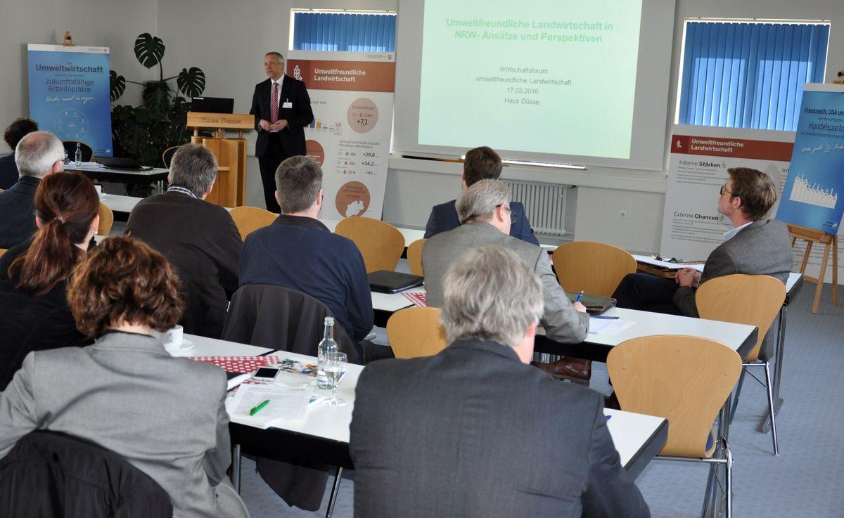 Ein Redner hält eine Powerpoint-Präsentation.