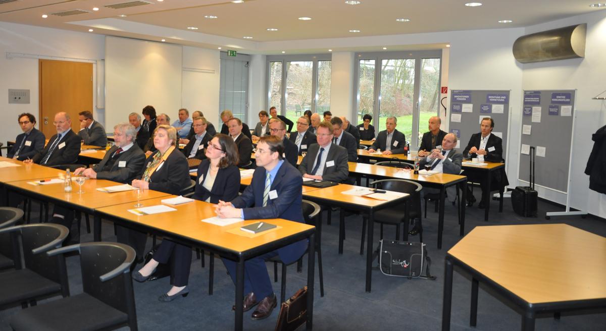 Die Konferenzteilnehmer hören einem Vortrag zu.