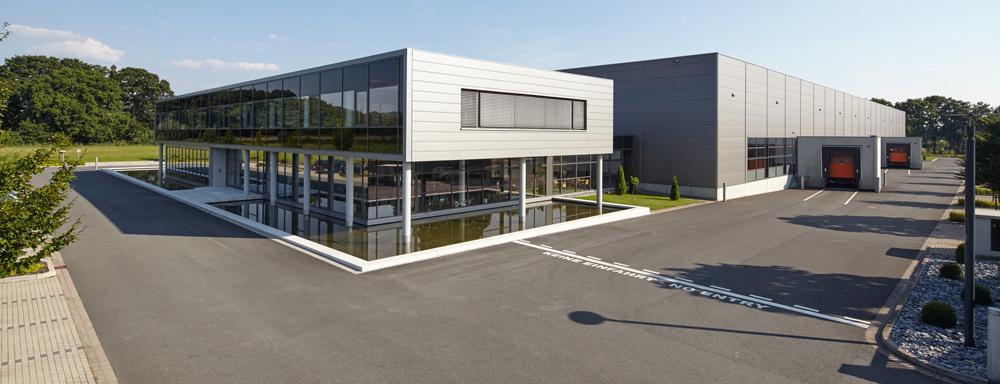 Ein modernes Gebäude auf einem weitläufigen Firmengelände