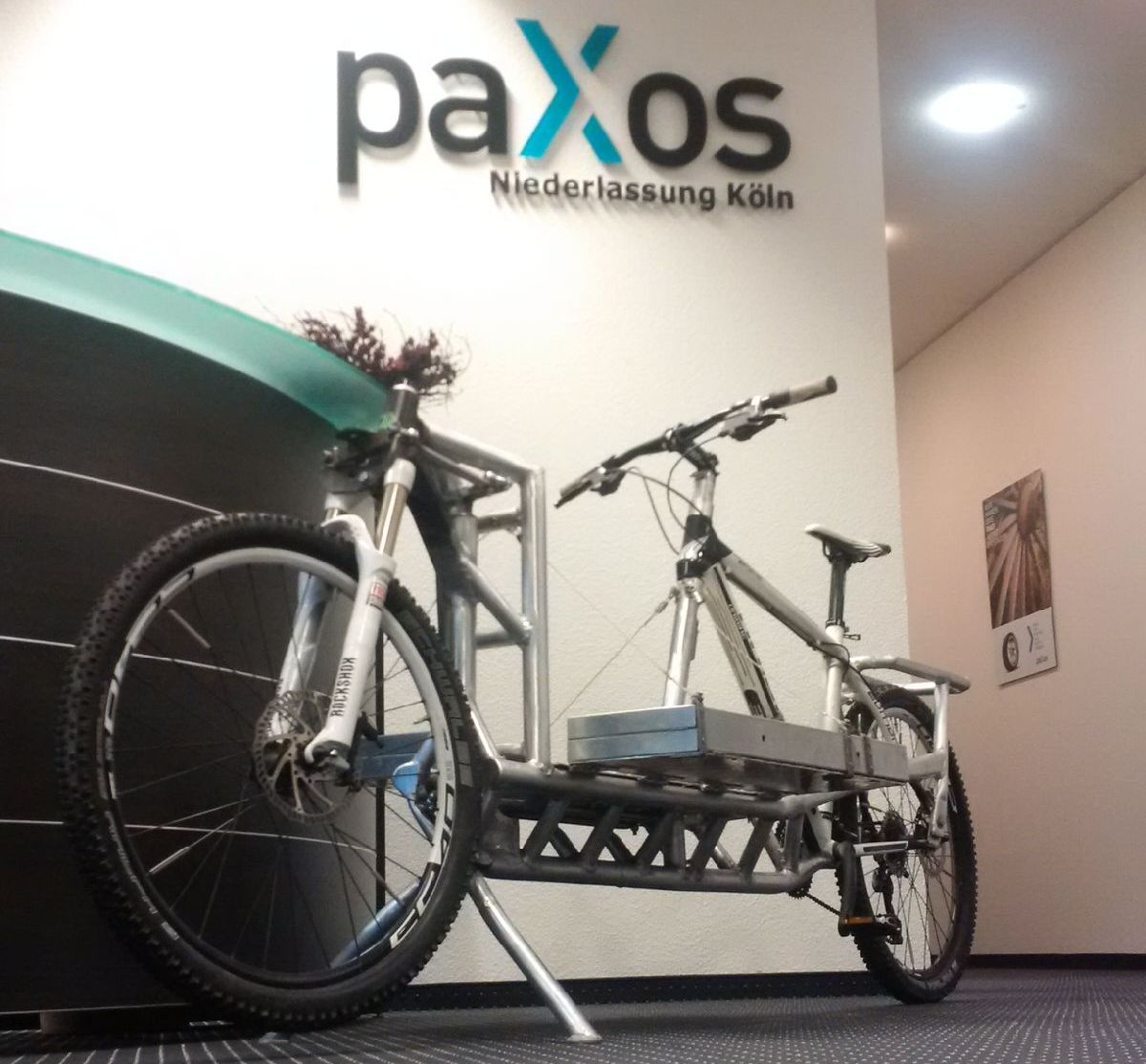 Lastenfahrrad im Eingangsbereich der paXos-Niederlassung