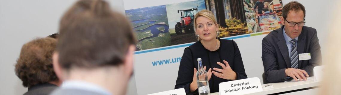 Ministerin Schulze Föcking in der Pressekonferenz