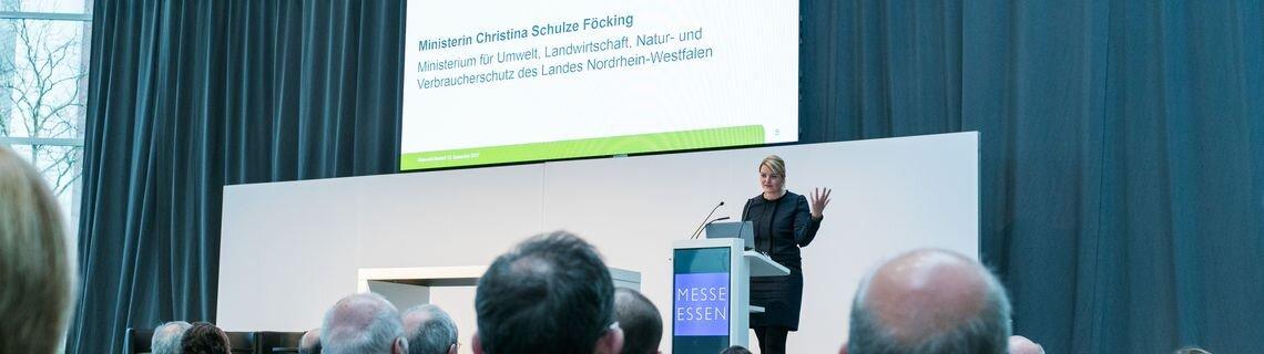 Ministerin Schulze Föcking bei der Eröffnungsrede auf der Bühne