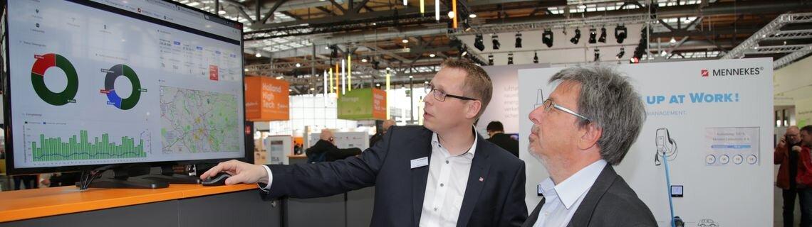 Staatssekretär Knitsch schaut auf einem Monitor Grafiken an